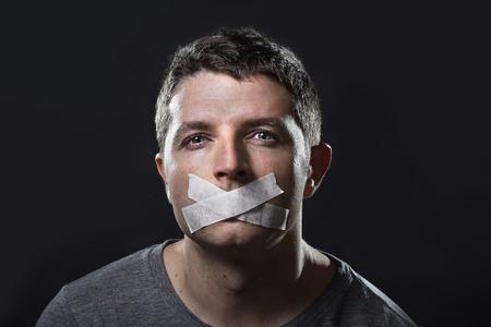 mouth closed: joven atractiva con la boca sellada en la cinta adhesiva para evitar que hablara mantenerlo mudo y censurado en la libertad de expresi�n y el concepto de expresi�n
