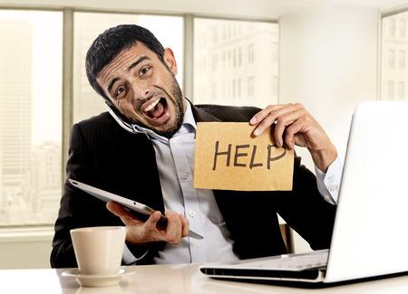Wanhopige zakenman in spanning houden hulpteken multitasking overweldigd in de zakenwijk van office zit aan bureau met laptop computer, digitale pad en mobiele telefoon Stockfoto - 35382667