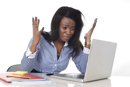 Negro africano americano mujer cansada y frustrada que trabaja como secretaria en el estrés en el escritorio de la oficina de trabajo con el ordenador portátil desesperada en frustración concepto de negocio Foto de archivo - 36817895