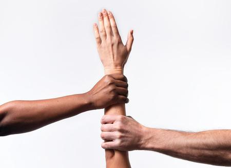 tolerancia: negros afroamericanos y cauc�sicos manos que sostienen el brazo piel junta blanca en la unidad del mundo y el amor racial y la comprensi�n en la tolerancia y razas concepto cooperaci�n diversidad Foto de archivo