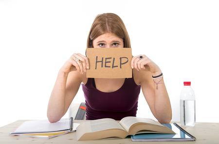 colegios: muchacha hermosa joven estudiante universitario estudiando para el examen de la universidad en el estr�s pidiendo ayuda bajo presi�n de prueba que se sienta en el escritorio con el libro en concepto de educaci�n de los j�venes