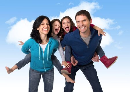 niños sosteniendo un cartel: joven madre brasileña feliz y padre que juegan con el pequeño hijo e hija se divierten juntos al aire libre en un cielo azul con nubes en el amor familiar y el concepto de nueva generación