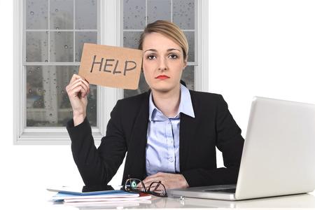 Jonge aantrekkelijke gefrustreerd zakenvrouw die hulp bericht overwerkt op het kantoor van de computer, uitgeput, wanhopig onder druk en stress met regenachtig trieste raam uitzicht Stockfoto - 37362215