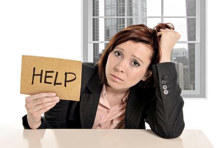 frustrace: smutné podnikatelka ve stresu při kancelářské práci s žádostí o pomoc sedí frustrovaní a depresi před pohledu obchodní čtvrť okna přitáhl si ji rudé vlasy