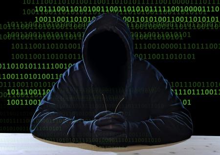 Hacker man zonder gezicht in zwarte kap masker en handschoenen zitten in digitale crack, mishandeling privacy bedrijfsleven en gecodeerde gegevens, hacking expert gevoelige informatie kraker en cyber-concept misdaad Stockfoto - 39294783