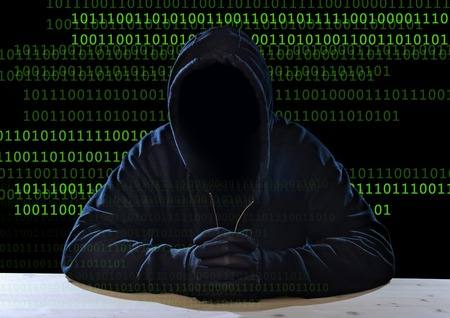 Hacker Mann ohne Gesicht in der schwarzen Haube Maske und Handschuhe sitzen im Geschäfts digitale crack, Angriff der Privatsphäre und der codierten Daten, Hacking-Experte sensible Informationen Cracker und Cyber-Kriminalität-Konzept Standard-Bild