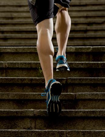 hombre fuerte: piernas atl�ticas de joven deportiva con m�sculos bufanda afilados que se ejecuta en pasos de escalera trotar en sesi�n de entrenamiento o competici�n corredor urbano en la aptitud y el concepto de estilo de vida saludable