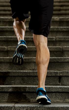 musculo: piernas atléticas de joven deportiva con músculos bufanda afilados que se ejecuta en pasos de escalera trotar en sesión de entrenamiento o competición corredor urbano en la aptitud y el concepto de estilo de vida saludable