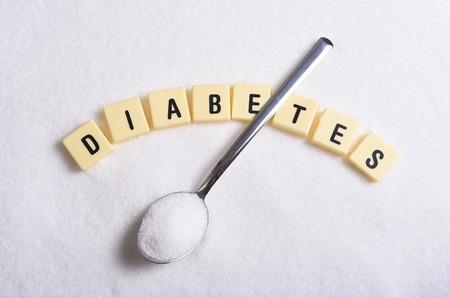 Caractères d'imprimerie du diabète dans des mots croisés et une cuillère plus de tas de sucre isolé sur granuleuse texture de sucre blanc dans l'abus d'aliments sucrés et le risque d'abus Healh nutrition douce Banque d'images - 40547174