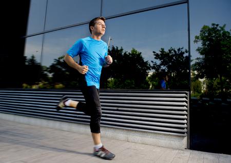 atleta corriendo: hombre joven y atractiva en ejecución y capacitación en el fondo calle urbana en entrenamiento de verano en la práctica del deporte y el concepto de estilo de vida saludable