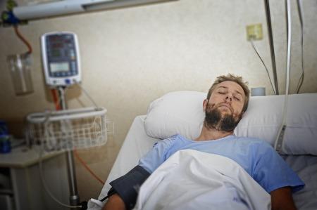 lesionado: joven paciente lesionado tumbado en la cama habitación del hospital descansando de dolor mirando en mal estado de salud tras sufrir accidente en concepto de atención de la salud