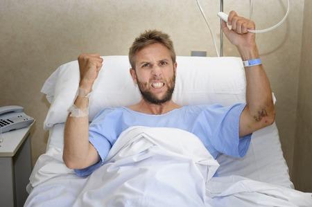 medical attention: joven hombre paciente enojado con cuarto de hospital acostado en la cama presionando sentimiento bot�n de llamada a la enfermera nervioso y molesto en alg�n tipo de atenci�n sanitaria de urgencia y el concepto de atenci�n m�dica