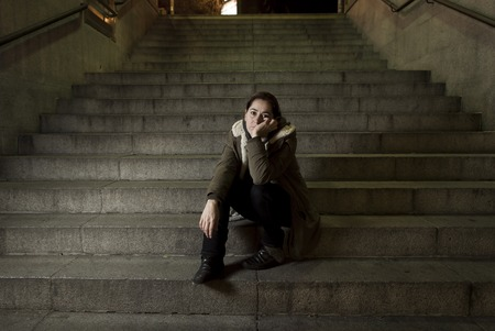 fille pleure: triste femme seule sur la rue escalier de m�tro souffrance d�pression l'air malade et impuissant, assis tout seul comme une femme victime d'abus notion dans l'obscurit� la nuit urbaine grunge