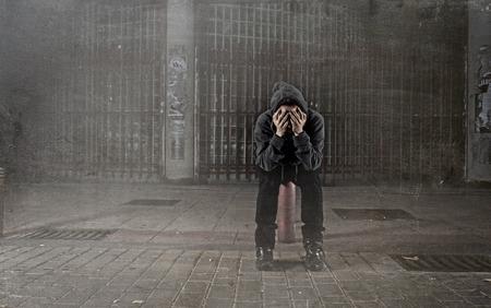 fille pleure: triste femme seule portant capuche sur la rue souffrant de d�pression recherche d�sesp�r�e et impuissante assis seul dans la nuit milieu urbain chez les femmes victimes de violence notion grunge sale modifier Banque d'images