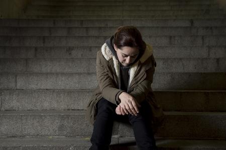 아프고 무기력 어두운 도시의 밤 그런 지 배경에서 남용 개념의 여성 피해자로 외로운 앉아보고 거리 지하철 계단 고통 우울증에 혼자 슬픈 여자 스톡 콘텐츠