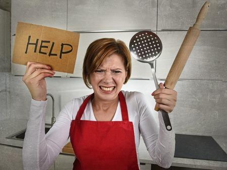 desperate: joven desesperada mujer cocinero casero inexperto que clama en el estr�s sentirse desesperada espiga de sujeci�n a la rodadura y muestra de la ayuda en la cocina dom�stica en el novato de cocina y estilo de vida desordenado concepto
