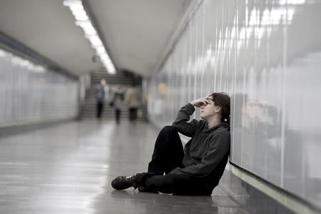 depresi�n: joven mujer triste en el dolor sentado solo y deprimido en la planta t�nel del metro urbano con cara de preocupaci�n y frustrado que sufren depresi�n en mujeres concepto de la soledad Foto de archivo