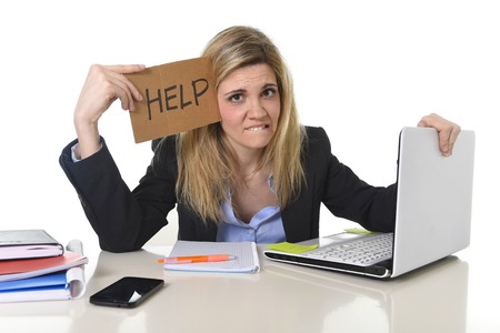 junge schöne Stress Business-Frau Leiden an Büro-Computer Schreibtisch um Hilfe zu bitten müde und verzweifelt suchen überarbeitet überwältigt und frustriert