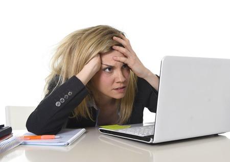 joven mujer de negocios estrés sufrimiento hermosa que trabaja en la oficina de escritorio de la computadora sentirse cansado y desesperado buscando trabajo abrumado y frustrado en situación de caos desorden