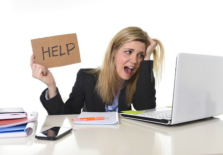 Mujer de negocios jóvenes que sufren el estrés de trabajo en la oficina de escritorio de la computadora para pedir ayuda sentirse cansado y desesperado buscando trabajo a arrancarse el pelo abrumado y frustrado Foto de archivo - 54016056
