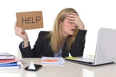 ansiedad: joven mujer de negocios estrés sufrimiento hermosa que trabaja en la oficina de escritorio de la computadora para pedir ayuda sentirse cansado y desesperado buscando trabajo que cubre los ojos abrumado y frustrado Foto de archivo