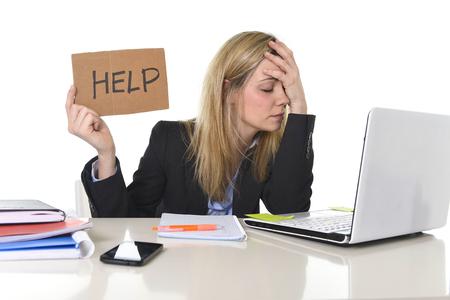 junge schöne Geschäftsfrau Stress leiden an Bürocomputer Schreibtisch arbeiten um Hilfe zu bitten müde und verzweifelt suchen anstrengt für das Gesicht Gefühl überwältigt und frustriert Standard-Bild