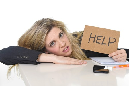 jonge mooie zakelijke vrouw lijden van stress werken leunend trieste op bureau vragen om hulp moe en wanhopig op zoek overwerkt overweldigd en gefrustreerd Stockfoto
