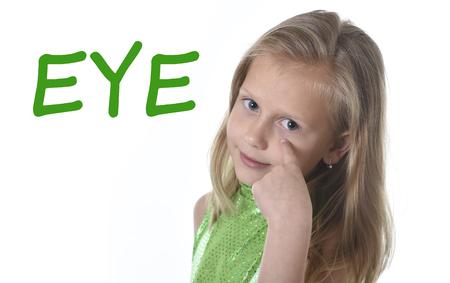 6 または 7 年古い女の子ブロンドの髪と青い目笑顔幸せポーズに分離白背景英語学校教育ボディー パーツ カード セットの学習にポインティング目