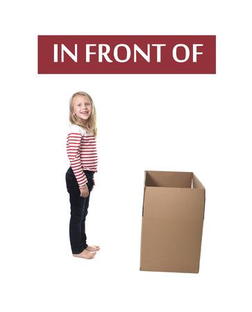 schattig en lief blond haar kind staan voor kartonnen doos op een witte achtergrond in het leren van Engels voorzetsels en woorden taalkaart set voor het onderwijs schoolboek