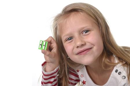 blonde yeux bleus: doux bel enfant femelle 6 à 8 ans avec les cheveux blonds et les yeux bleus mignons tenant dessin crayon isolé sur blanc dans l'éducation et des fournitures scolaires primaires ou juniors notion