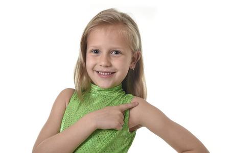hombros: niña de 6 o 7 años de edad con el pelo rubio y los ojos azules que sonríe feliz posando aisladas sobre fondo blanco hombro apuntando en clase de lengua para la educación y el cuerpo del niño escolar partes carta serie Foto de archivo