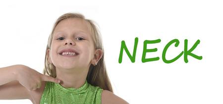 rubia ojos azules: niña de 6 o 7 años de edad con el pelo rubio y los ojos azules que sonríe feliz posando aisladas sobre fondo blanco cuello apuntando en el aprendizaje de Inglés idioma ajustado educación tarjeta de partes del cuerpo de la escuela