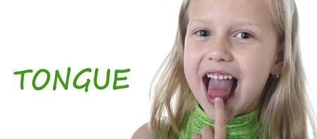 금발 머리와 행복 웃는 푸른 눈을 가진 6 또는 7 세 어린 소녀는 영어 언어 학교 교육의 신체 부위 카드 세트를 학습에 흰색 배경을 가리키는 혀에 고립