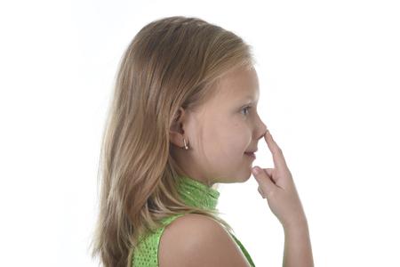blonde yeux bleus: 6 ou 7 ans petite fille aux cheveux blonds et yeux bleus souriant heureux posant isolé sur fond blanc nez pointant dans la leçon de langue pour les pièces d'éducation et de corps enfant école tableau serie