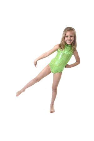 blonde yeux bleus: 6 ou 7 ans petite fille aux cheveux blonds et yeux bleus souriant heureux posant isolé sur fond blanc jambe pointant dans la leçon de langue pour les pièces d'éducation et de corps enfant école tableau serie
