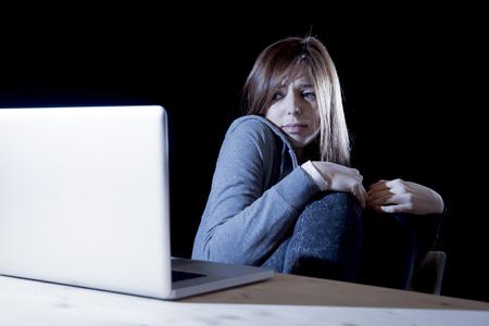 asustado: chica adolescente que sufren acoso cibern�tico asustado y deprimido expuestos a acoso cibern�tico y el acoso a Internet sentirse triste y vulnerable en peligro a internet y acosador problema de abuso Foto de archivo