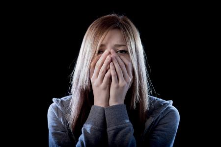 asustado: joven chica adolescente hermosa con el pelo rojo sentirse solo y asustado que mira la depresi�n sufrimiento triste y desesperada como v�ctima de acoso cibern�tico o violencia el abuso y el rechazo social Foto de archivo