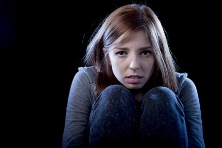 junge schöne Teenager-Mädchen mit roten Haaren einsam fühlen und ängstlich suchen, traurig und verzweifelt Leiden Depression als Opfer von Cyber-Mobbing oder sozialen Missbrauch Gewalt und Ablehnung