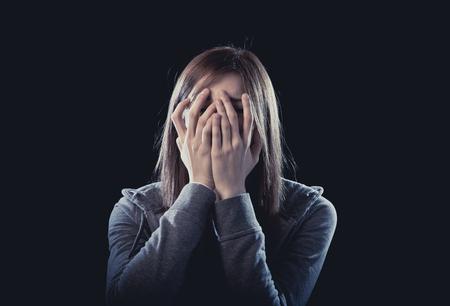 maltrato: joven chica adolescente hermosa con el pelo rojo sentirse solo y asustado que mira la depresión sufrimiento triste y desesperada como víctima de acoso cibernético o violencia el abuso y el rechazo social Foto de archivo