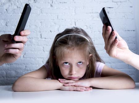 handen van internet en het netwerk verslaafde moeder en vader met behulp van de mobiele telefoon te verwaarlozen beetje verdrietig genegeerd dochter verveeld en eenzaam gevoel verlaten en teleurgesteld in de ouders slecht gedrag begrip