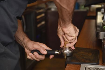 expert barista close-up handen het bereiden van heerlijke koffieroom bewerkingsmachine bij coffee shop restaurant in cafe voorbereiding begrip Stockfoto