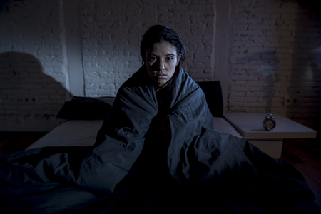 belle jeune femme hispanique à la maison chambre au lit tard dans la nuit à essayer de dormir souffrant d'insomnie trouble du sommeil ou de peur sur les cauchemars air triste inquiet et stressé