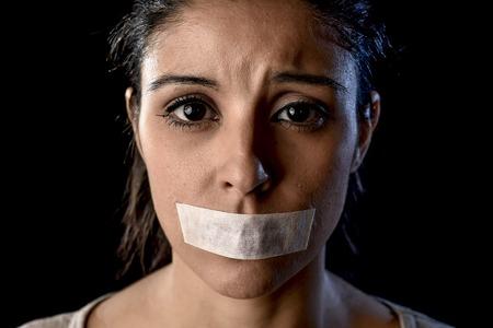 pokazivaet-censored-krupnim-planom