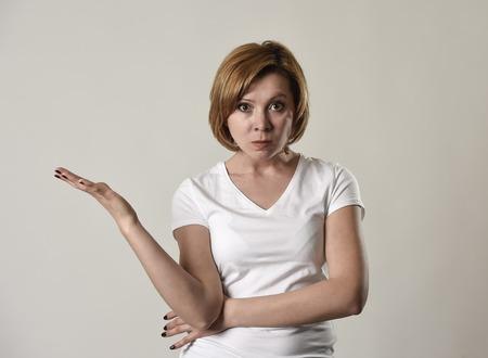 jeune femme séduisante et de mauvaise humeur posant seul en colère et bouleversé dans la mauvaise humeur et de rage visage expression isolé sur fond gris regardant défi et énervé