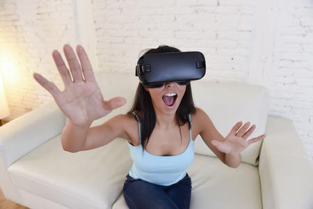 joven atractiva mujer feliz en casa sofá de la sala sofá emocionado usando gafas 3d viendo la visión de realidad virtual 360 disfrutando de la diversión experiencia cibernética en concepto de realidad de simulación vr