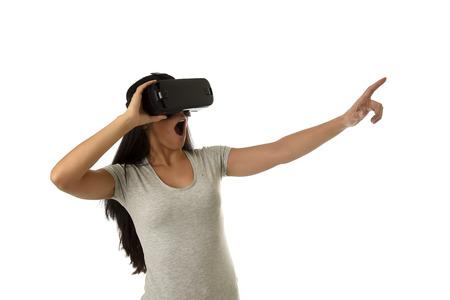 Joven y atractiva mujer feliz emocionado utilizando 3d gafas viendo la visión de la realidad virtual virtual disfrutar de la experiencia cibernética divertida en vr la simulación de la realidad y la tecnología de juegos nuevos aislados fondo blanco