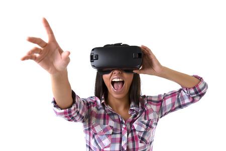 joven atractiva mujer feliz emocionada usando gafas 3D viendo la visión de realidad virtual 360 disfrutando de la divertida experiencia cibernética en realidad de simulación vr y nuevo concepto de tecnología de juego