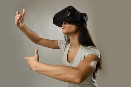 joven y atractiva mujer feliz excitado usando gafas 3D que mira 360 visión de realidad virtual que disfrutan de la experiencia de diversión cibernética, en realidad, la simulación de realidad virtual como si besar a una amante de vídeo