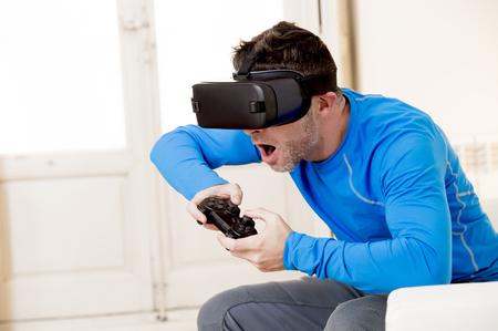 joven hombre moderno en casa sala de estar Sofá sofá jugando videojuegos emocionado utilizando 3d gafas de observación 360 realidad virtual visión disfrutando de la experiencia cibernética diversión en vr simulación concepto de realidad