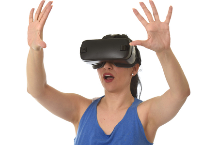 Atractiva mujer feliz emocionado utilizando 3d gafas de observación 360 visión de la realidad virtual disfrutar de la experiencia cibernética divertida en vr la simulación de la realidad y la nueva tecnología de juegos de video aislados de fondo